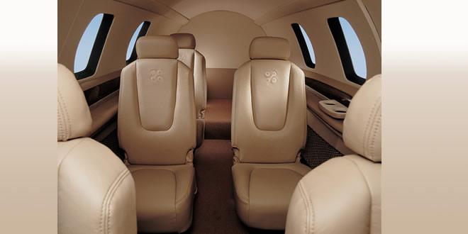 1.安全性要求   飞机在加速时,旅客会被惯性向后压,座椅会承受向后的压力;而在飞机因故紧急减速时,座椅又会受到向前的作用力。如果座椅的性能不好,就可能导致旅客身体受到伤害。因此座椅在强度上必须能耐受住巨大的冲击力作用。怎么才能解决它的安全问题呢?加装在座椅上的安全带就起了很大的作用 1.